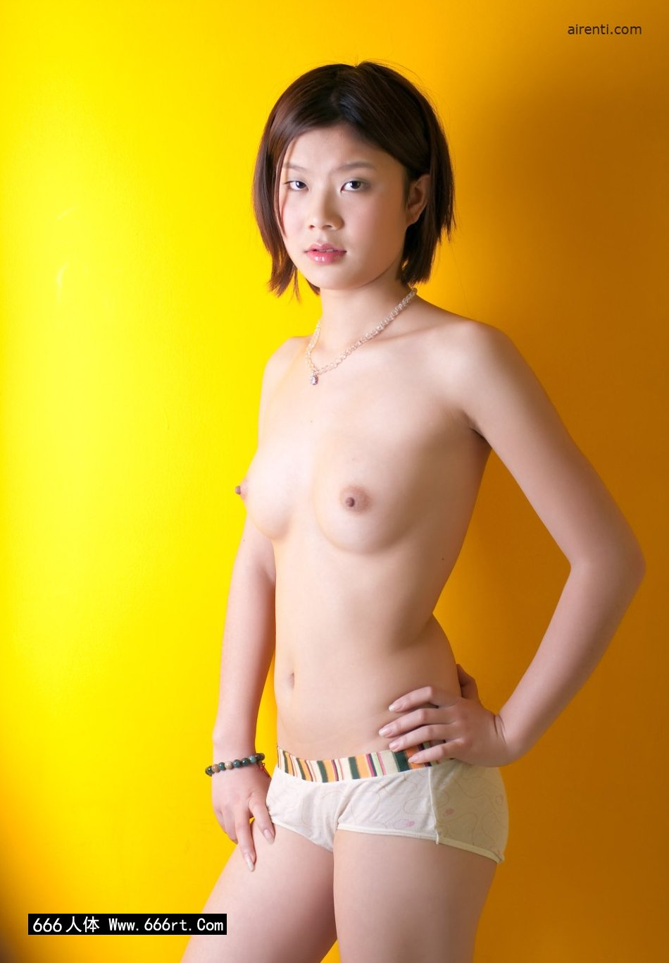 真人裸交有声性动态图_黄色背景室拍穿着泳装的宋蕊
