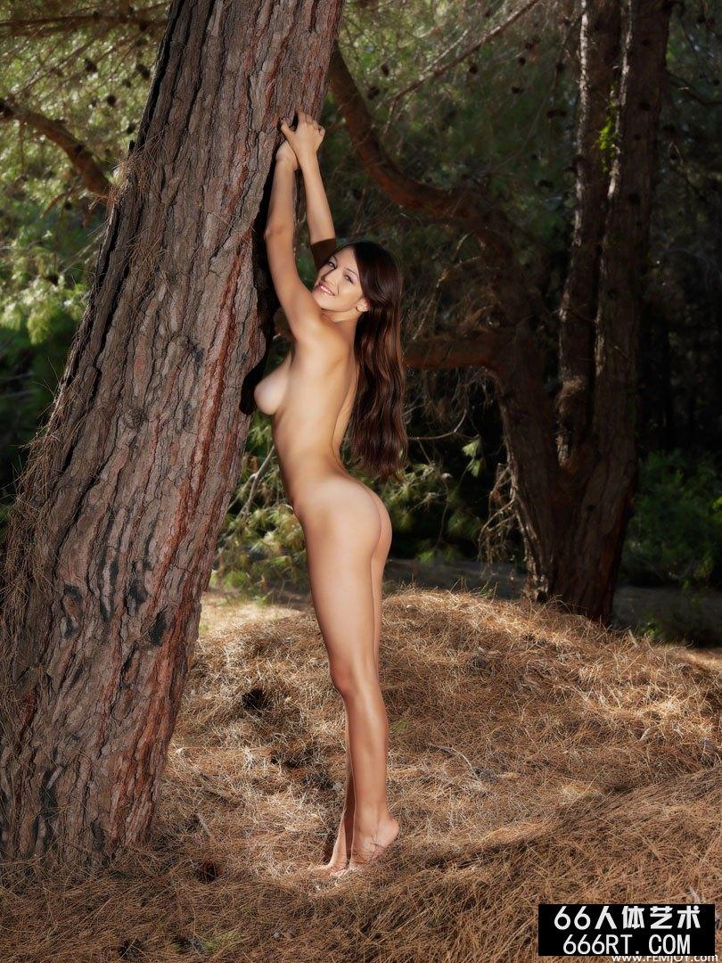 树林外拍珠圆玉润的裸模Sofie下