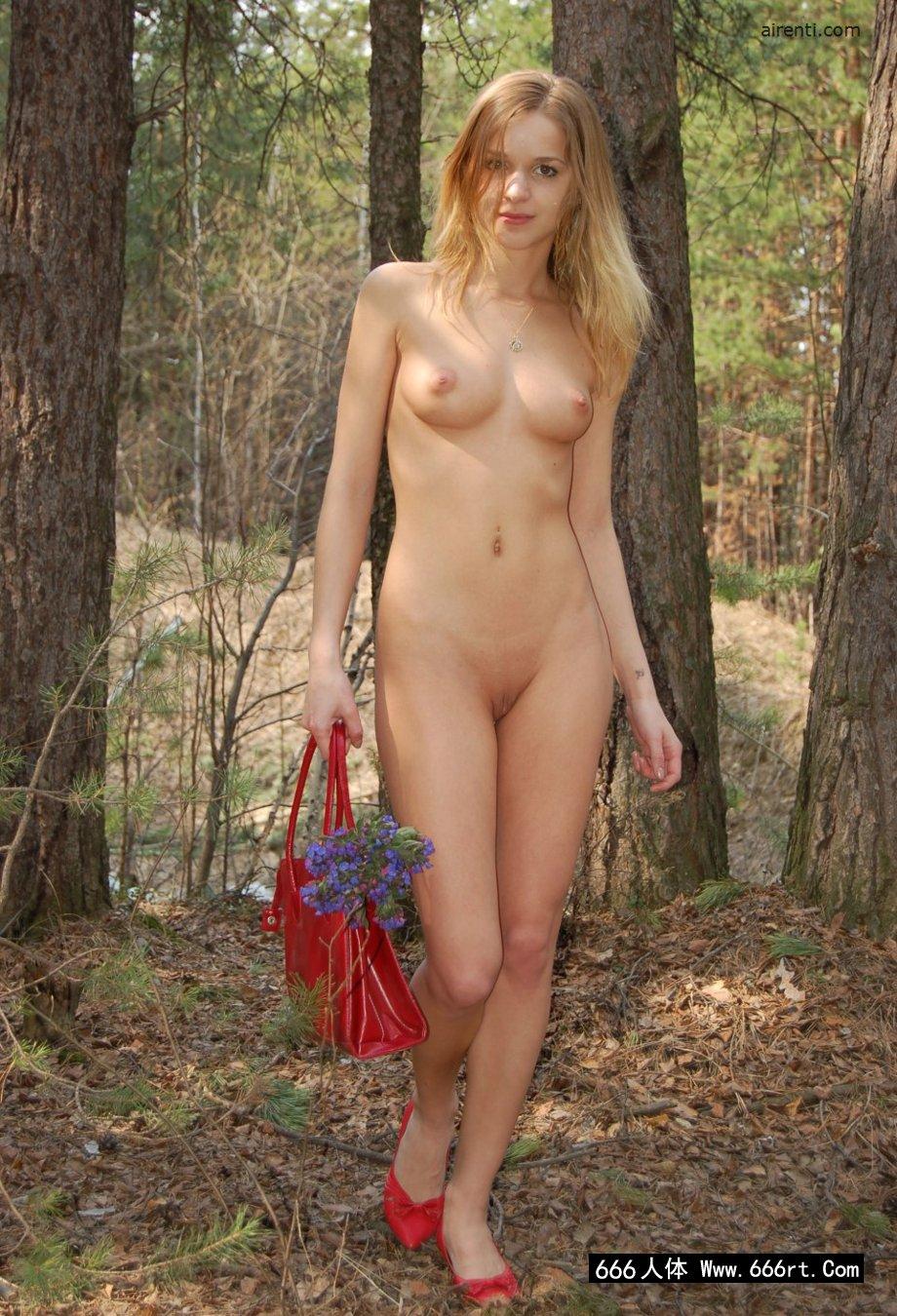 俄罗斯裸模Masha松树林外拍
