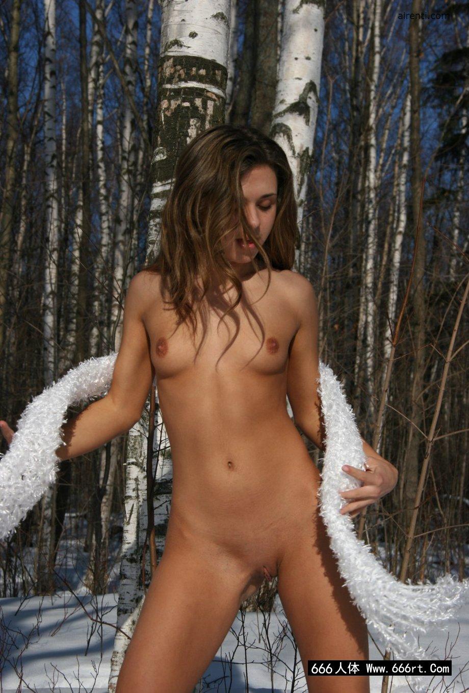 外拍冰天雪地树林里的Osiya