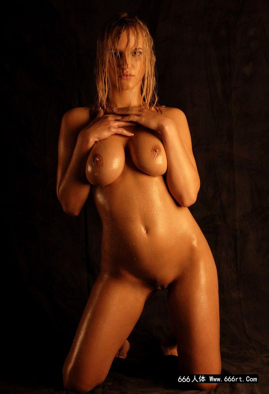 健美运动员柏莉棚拍湿身写照