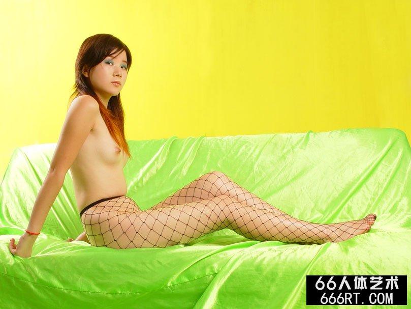 长头发靓女嘉怡06年8月3日黄色背景棚拍