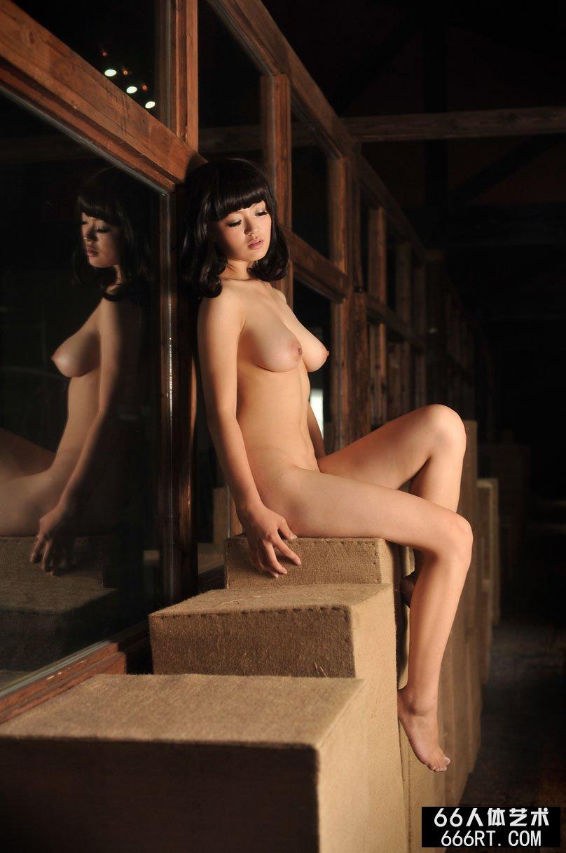 容貌身材姣好的苏茜11年10月19日室拍