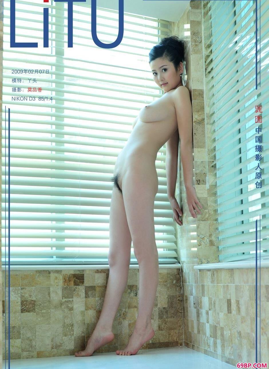 美女两腿间黑森林_落地窗前的靓妹丫头丰润身材