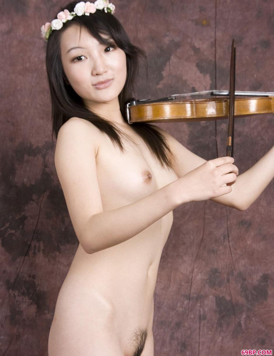 傅贞怡_超模雯真室拍小提琴美体