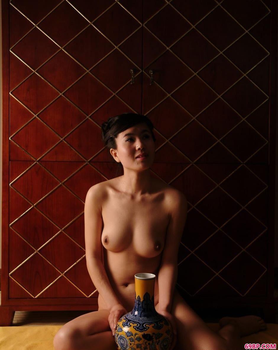 美人天虹室内与青花瓷瓶合影