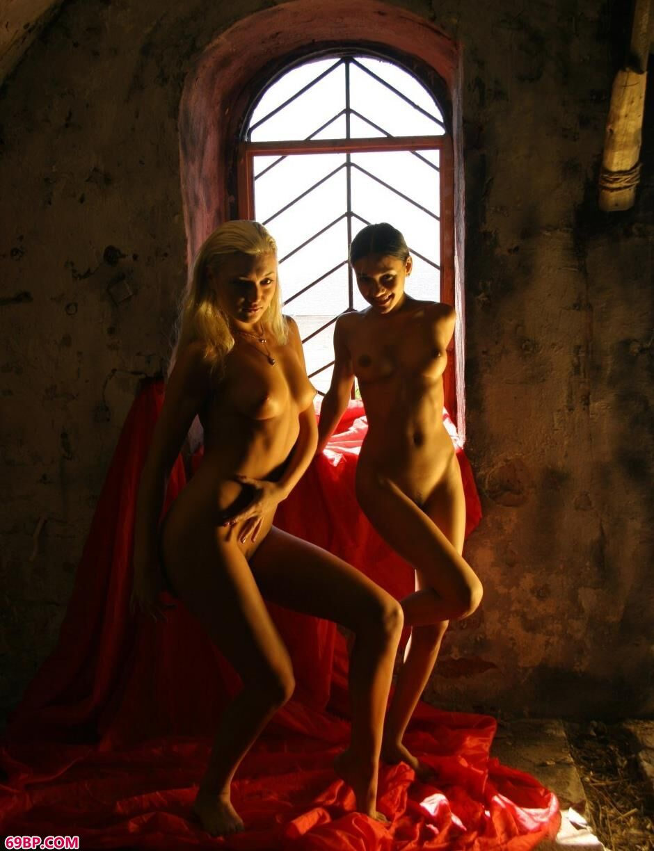 美模Yana和Lidiya钟楼里的风骚人体_G0GO人体模吧