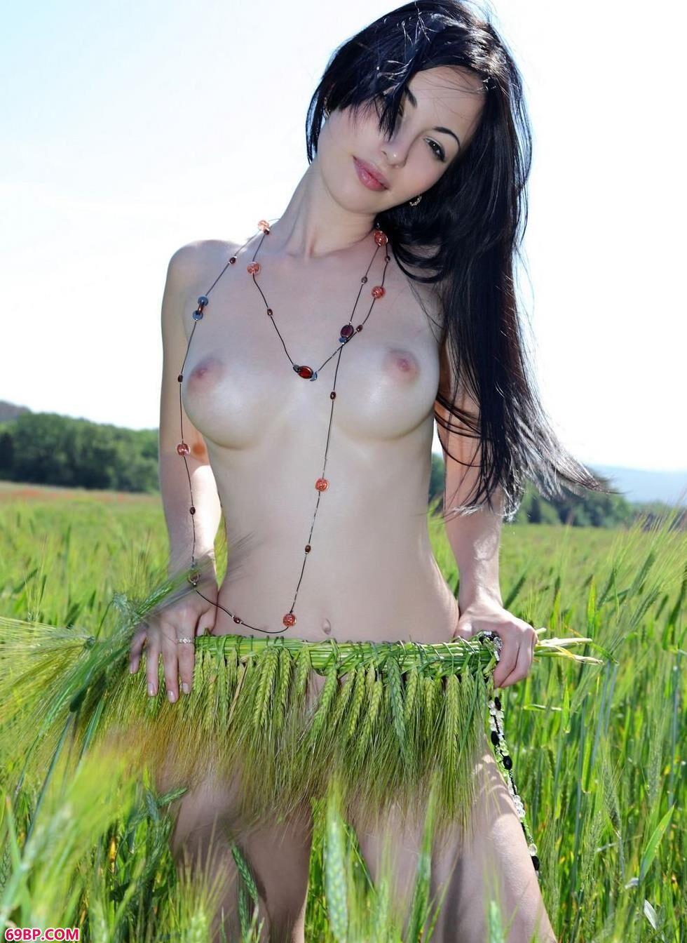 嫩模Melani稻田里的清纯人体_西西人体艺木&
