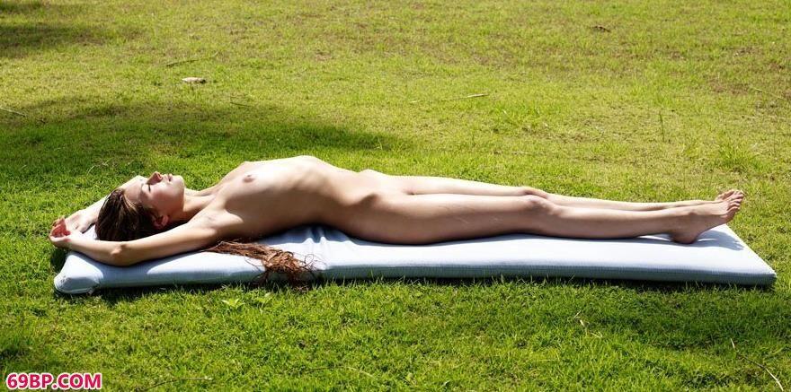 西西人体44retcc图片_超模潘妮躺在草坪上的勾魂美体