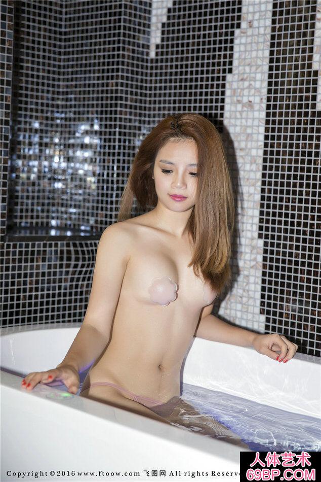 金发小姐梦瑶浴池里尽情的挥洒