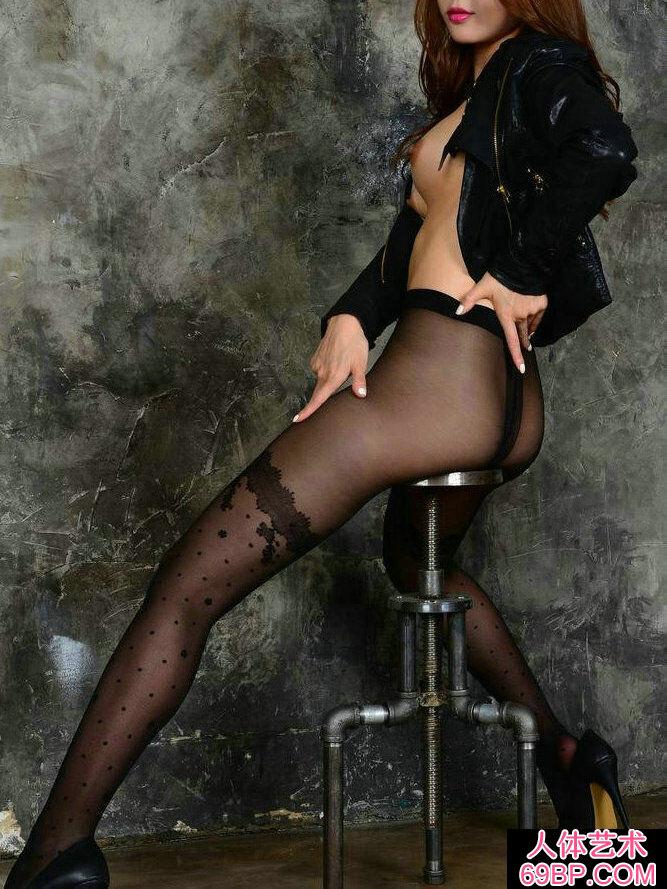 长头发靓女穿黑色黑丝棚拍人体写真