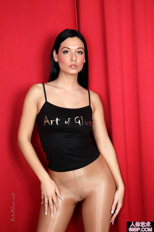 身材魁梧的西洋淑女全裸黑丝人体写真