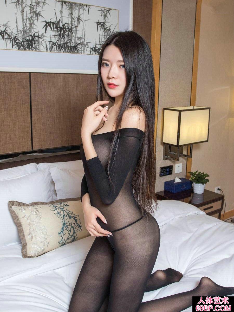 妖娆的黑丝美人林蕾上身全裸拍摄人体