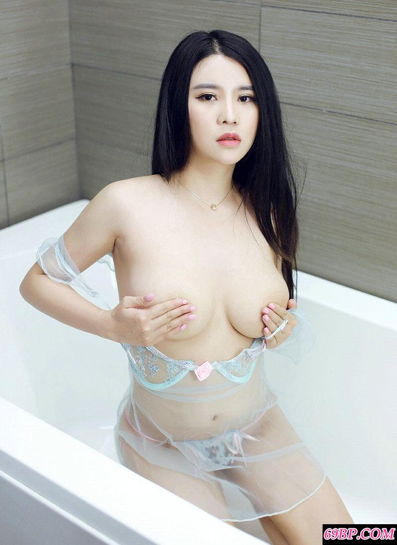 肤白貌美胸且大的美人Suki浴室写照图