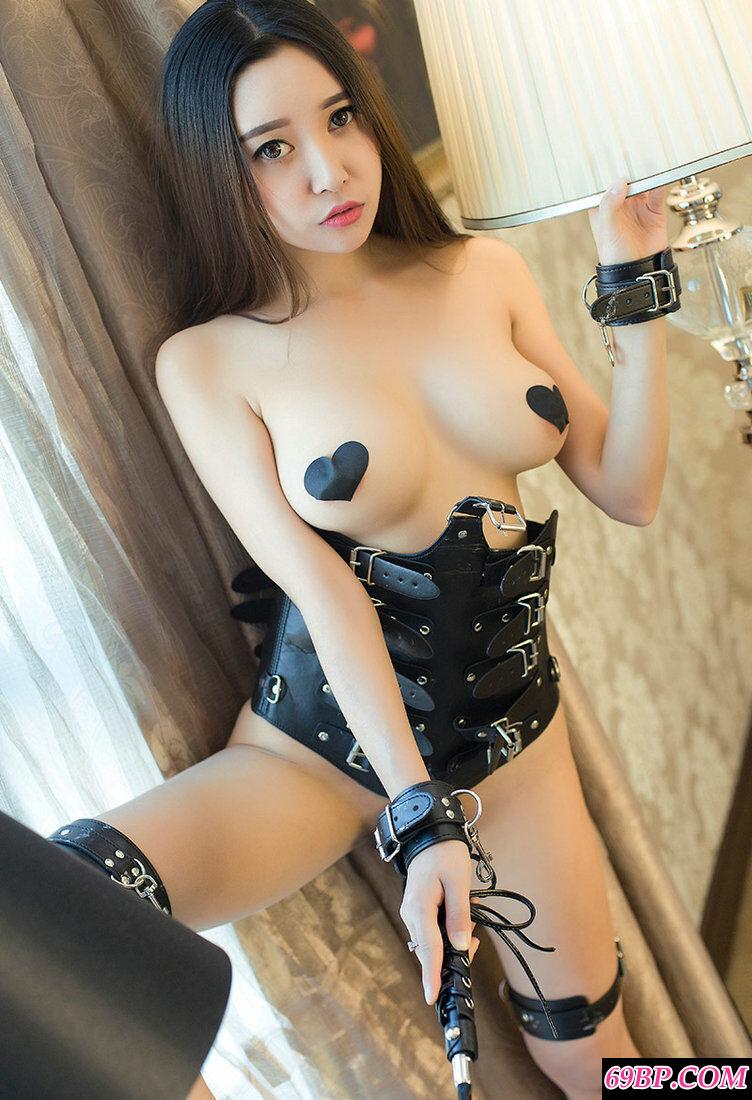 穿皮质妩媚泳装的靓女李梓熙人体图片