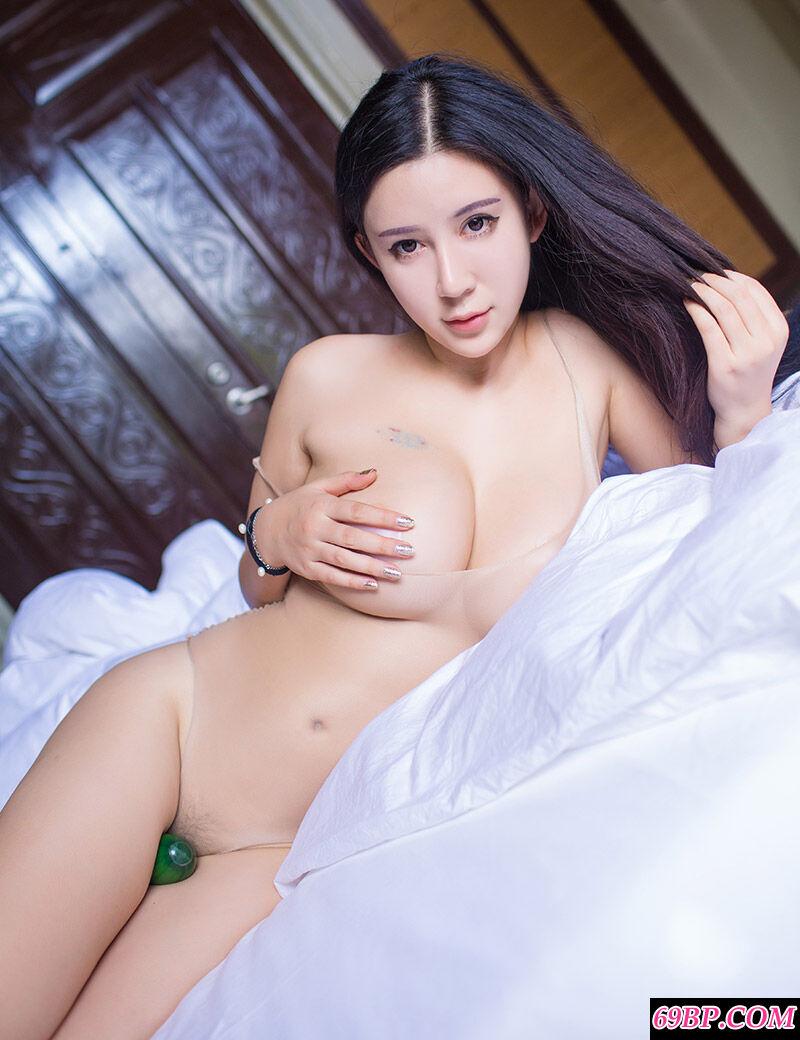 靓丽大学生李雅穿肉色超薄连体内裤拍摄人体