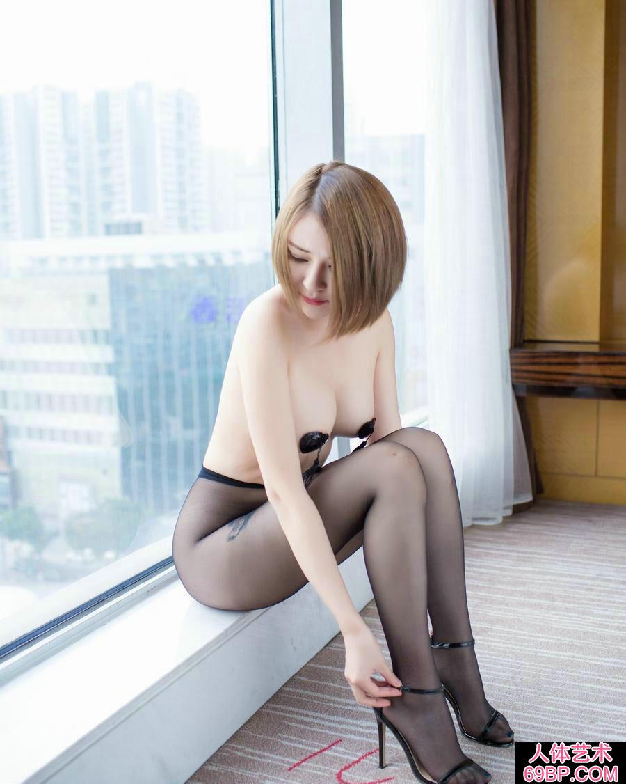 白皙透嫩的裸模凯竹超薄黑丝室拍人体图片