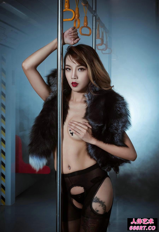 火热妖艳的名模自拍走光熟妇内裤露笔毛