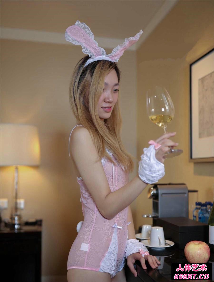 穿情趣装的兔女郎情趣薄丝套装开裆图片