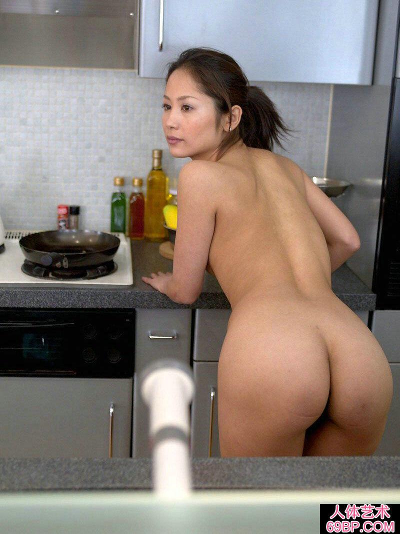 厨房玩健身运动的国模全倮人体