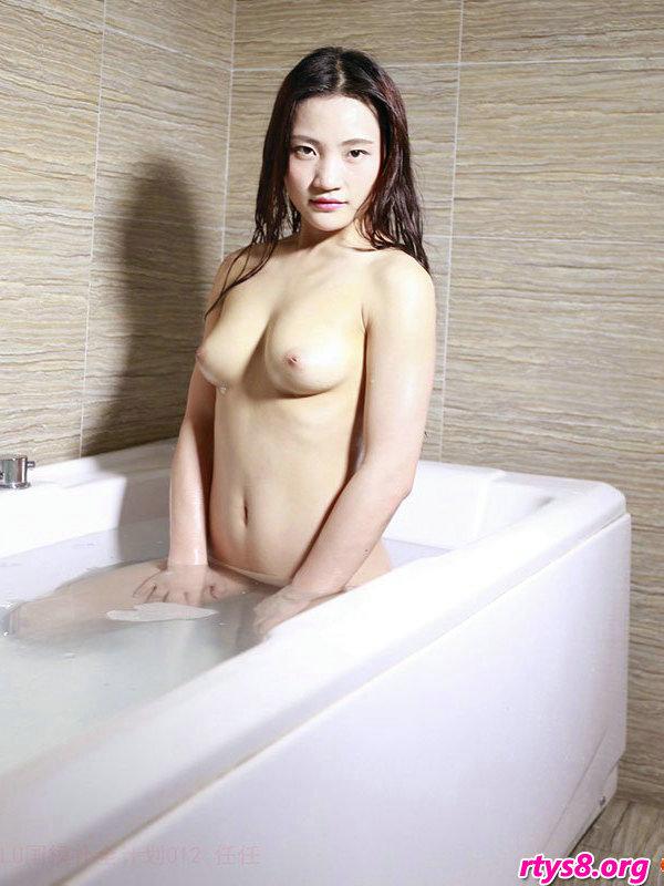 浴缸�Y洗泡泡浴的美胸��模人体摄影