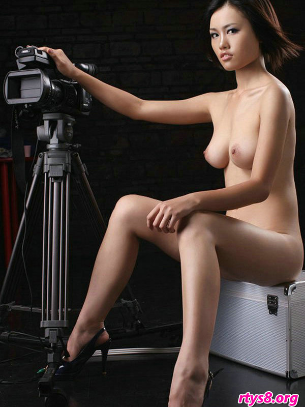 暗影下棚拍摆弄图片机的靓丽国模