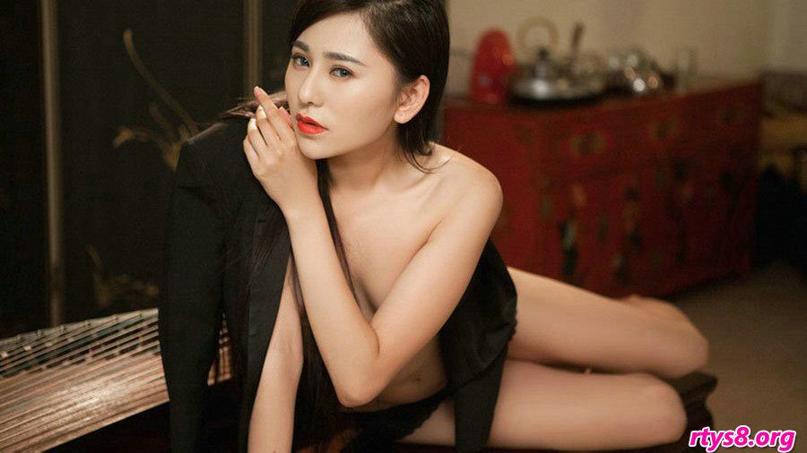 胸部坚挺滑嫩的美娇娘超模吴沐熙棚拍