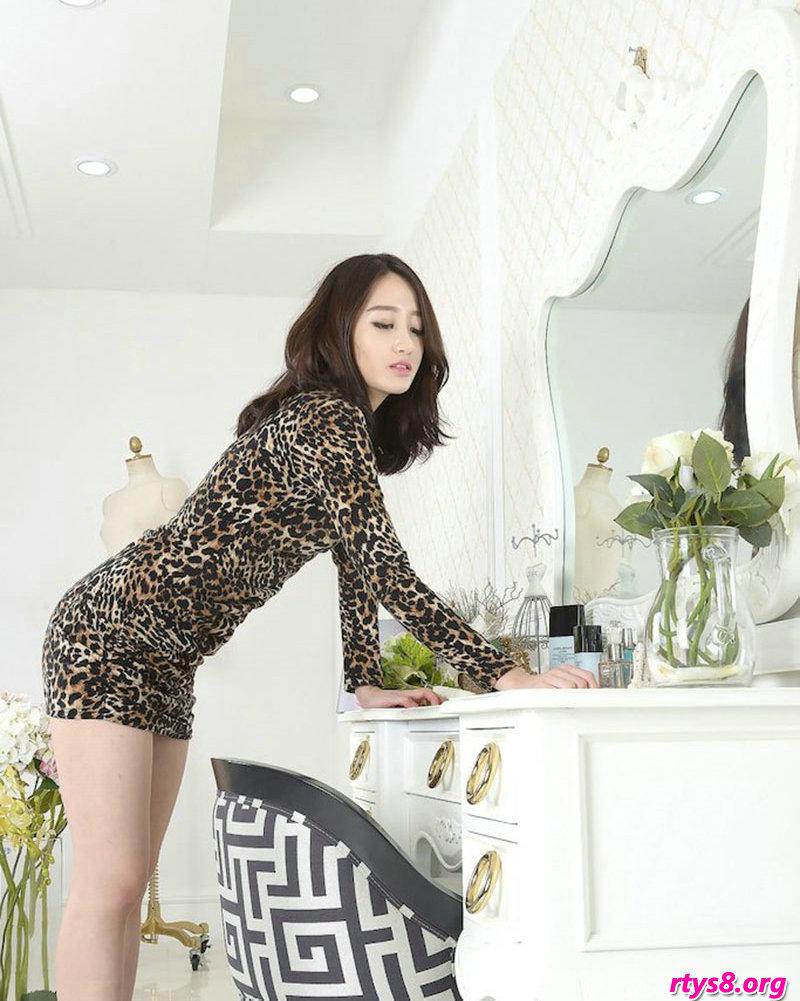 穿豹纹服饰的美胸名模Sua梳妆镜前拍摄