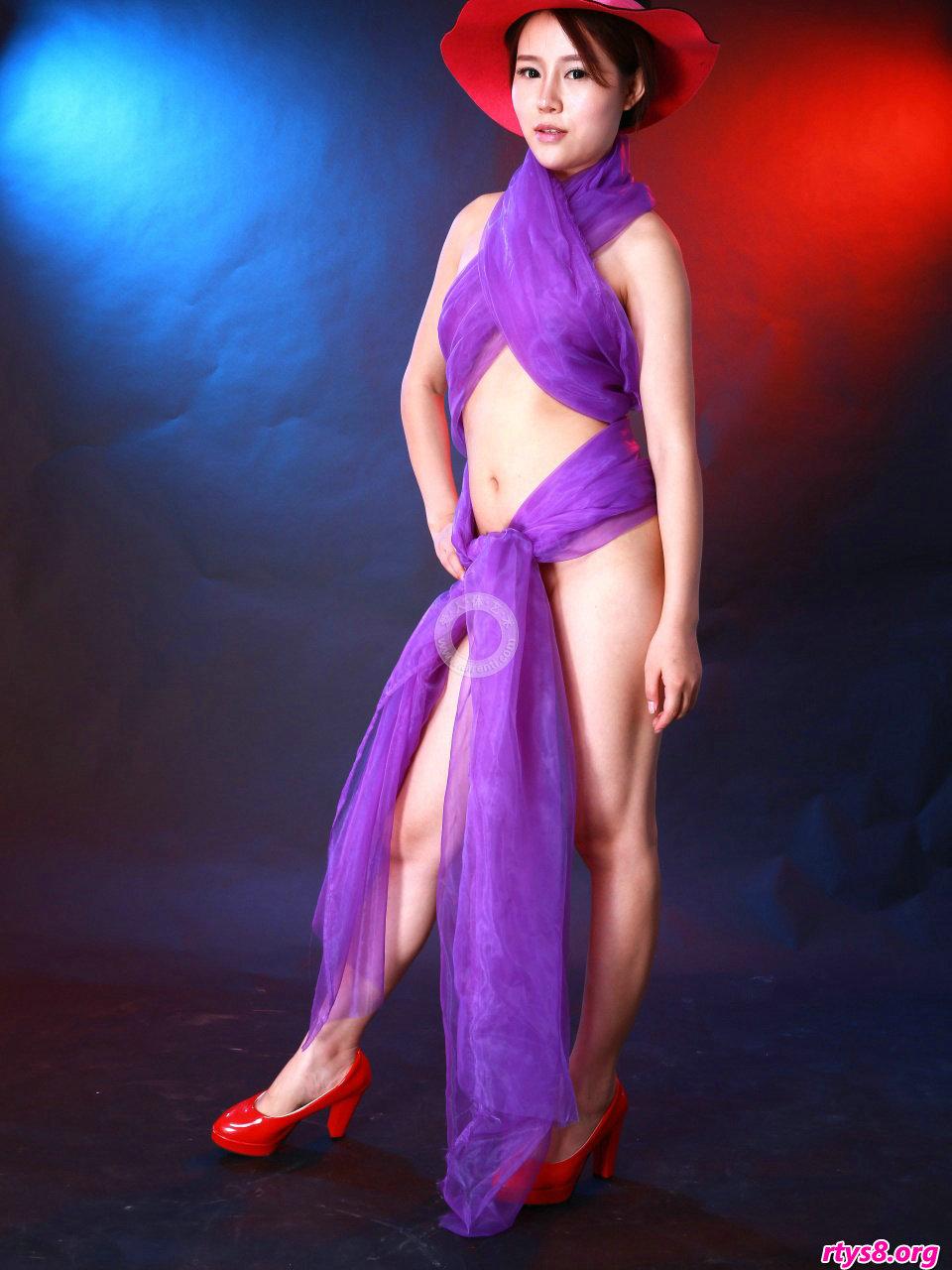 身披紫色丝巾的嫩模阿熙演绎朦胧美