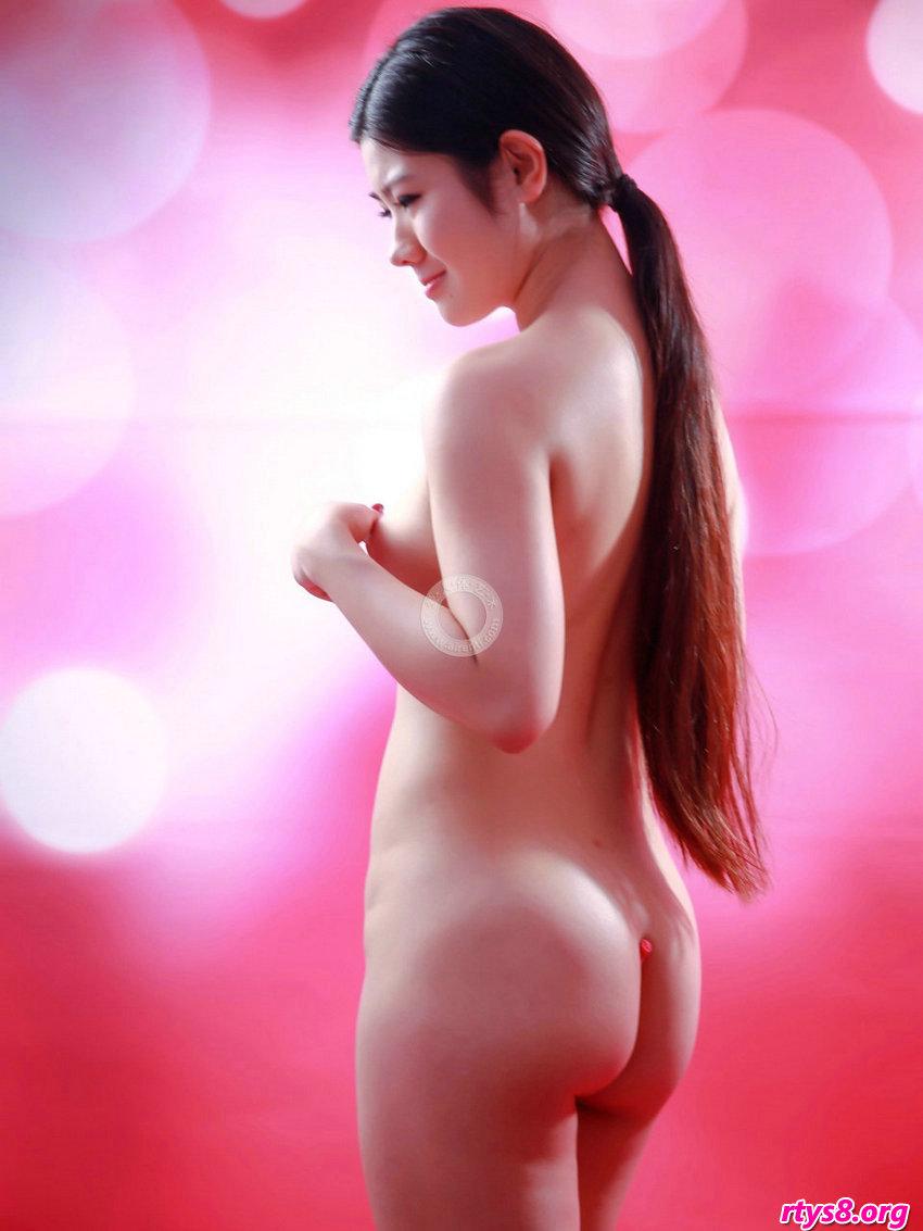 美鲍优优人体艺术摄影,长头发及腰的裸模阿苗拍摄粉嫩的肌肤