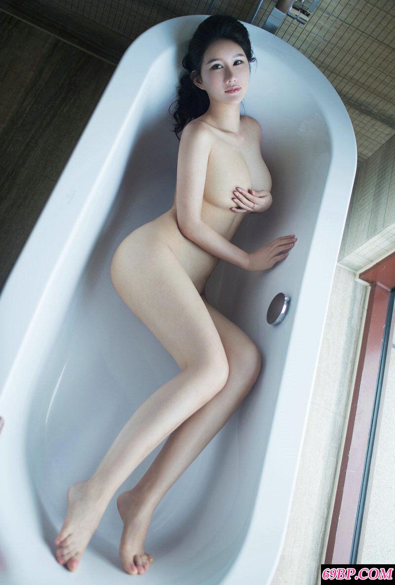 丰腴肉感的美妇谭冰展示傲人双峰