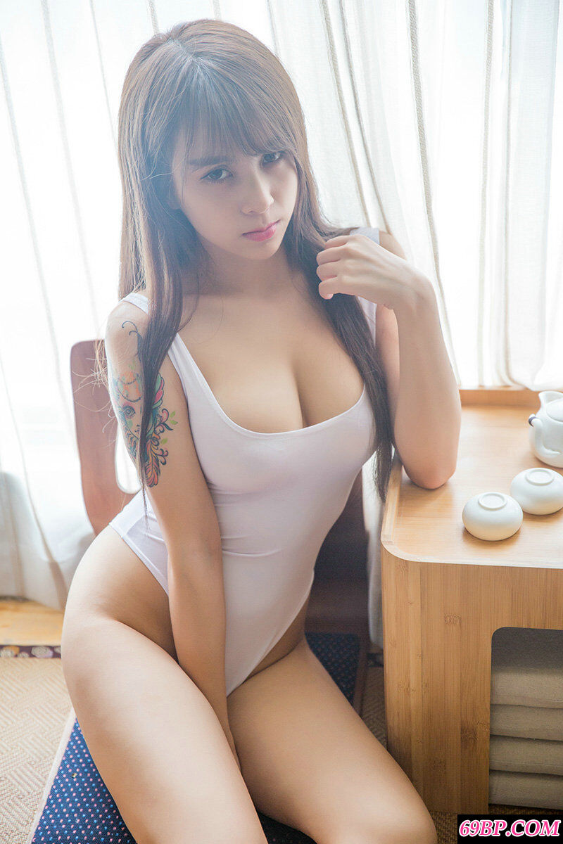 身材丰腴的绝品美人夏美美泳装摄影