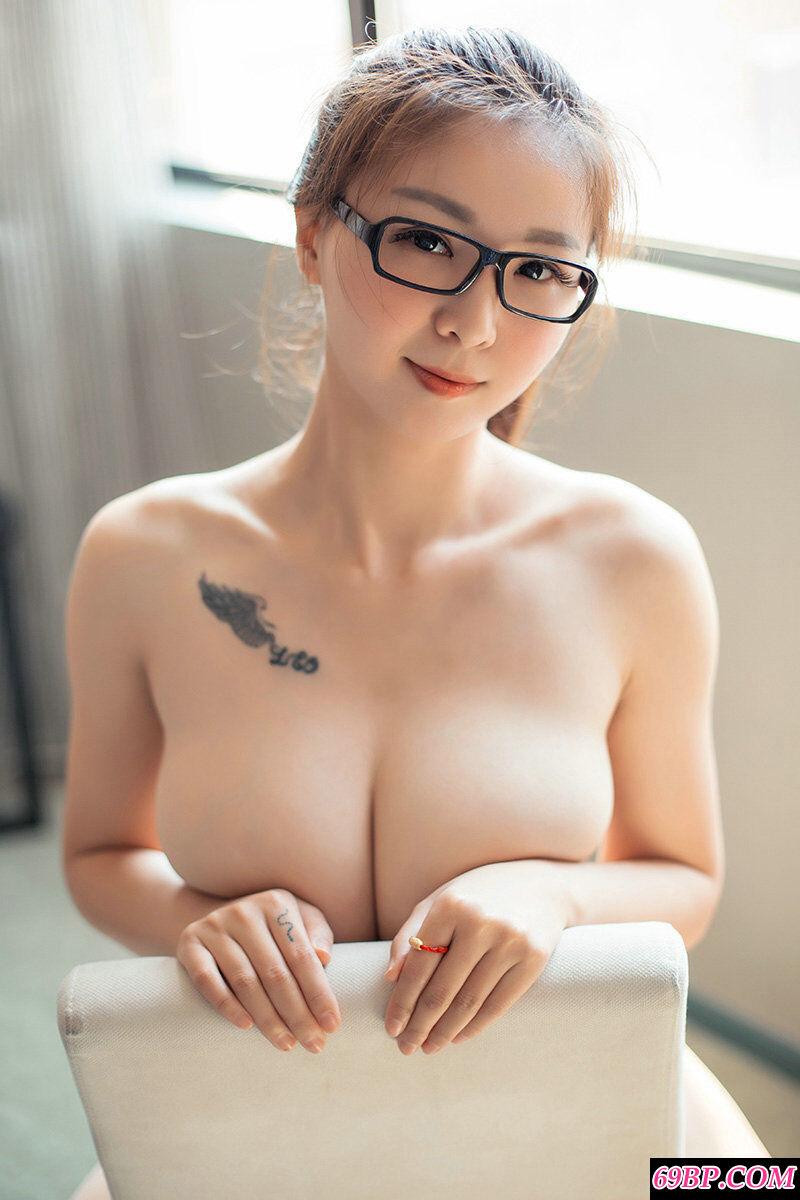 拥有F罩杯的靓丽模特大尺度人体写真