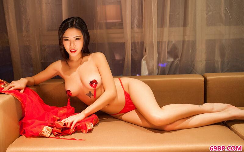 大妹子luvian火红且热辣泳装秀